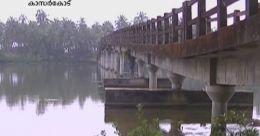 ചിത്താരിപ്പുഴയിലെ നടപ്പാലം തകര്ച്ചയുടെ വക്കില്.