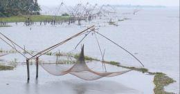 മത്സ്യതൊഴിലാളികൾക്ക് ഭീഷണിയായി വേമ്പനാട്ട് കായലിലെ ചീനവലകൾ