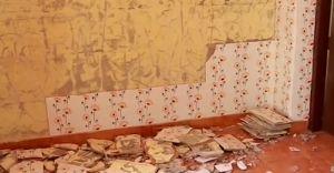 അംഗൻവാടിയുടെ ഭിത്തിയിൽ പതിച്ച ടൈലുകൾ ഇളകി വീണു; നാട്ടുകാർ സമരത്തിലേക്ക്