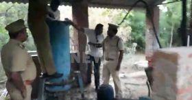മറയൂരിലെ വനപാലകര് ആന്ധ്ര വനപാലകരുടെ കസ്റ്റഡിയില്