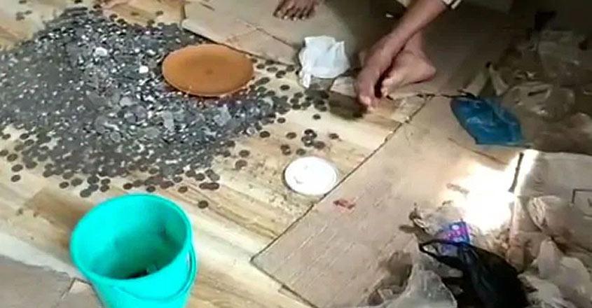 mumbai-beggar-coin