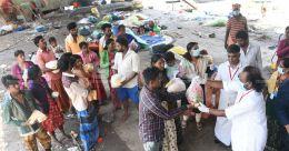 'മണ്ണിടാത്ത സ്നേഹം'; കന്നഡ കുടുംബങ്ങൾക്ക് അന്നമൊരുക്കി മലയാളികൾ