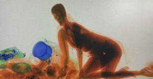 സുരക്ഷാ ഉദ്യോഗസ്ഥരെ ഞെട്ടിച്ചുകൊണ്ടതാ സ്കാനിങ് മെഷീനിന്റെ ഉള്ളിലൊരു യുവതി-വിഡിയോ