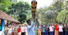 175–ാമത്തെ രാജവെമ്പാലയെയും പിടിച്ച് വാവ സുരേഷ്; ഈ റെക്കോര്ഡും 'ചാക്കിലാക്കി'