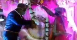 മാല ചാർത്താൻ മുളങ്കമ്പ്; കോവിഡ് കാലത്തെ വൈറൽ കല്യാണം; വിഡിയോ